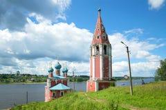 Kyrka av symbolen av modern av guden av Kazan med ett separat klockatorn på floden Volga Tutayev Ryssland Arkivfoton
