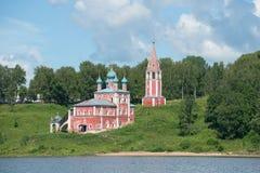 Kyrka av symbolen av modern av guden av Kazan på vänstersidabanken av Volgaet River Tutayev Yaroslavl oblast, Russi Fotografering för Bildbyråer