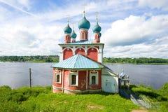 Kyrka av symbolen av modern av guden av Kazan mot bakgrunden av Volgaet River på Juli en solig dag Tutaev Ryssland Royaltyfria Bilder