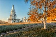 Kyrka av uppstigningen i Kolomenskoye höstmorgon Arkivfoto