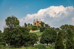 Kyrka av vår dam av boter upptill av den Cholula pyramiden - Cholula, Puebla, Mexico royaltyfria bilder