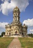 Kyrka av vår dam av tecknet (den Znamenskaya kyrkan) i Dubrovitsy Ryssland arkivfoton