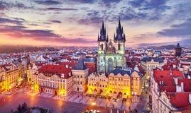 Kyrka av vår dam för tyn på den gamla Prague för stadfyrkant Tjeckien med röd taksolnedgånghimmel och bästa sikt Arkivbilder