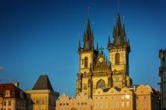 Kyrka av vår dam för Tyn på den gamla stadfyrkanten i Prague arkivbild