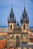 Kyrka av vår dam för Tyn på gammal stadfyrkant i Prague i aftontid Royaltyfri Foto