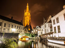 Kyrka av vår dam i Bruges på natten royaltyfri foto