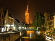 Kyrka av vår dam i Bruges på natten royaltyfria foton