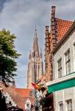 Kyrka av vår dam och cityscape i Bruges/Brugge, Belgien Royaltyfri Foto