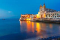 Kyrka av vår dam på natten, Saint Julien, Malta Arkivfoton