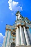 Kyrka, blå himmel och vitmoln Kiev Ukraina Arkivbild