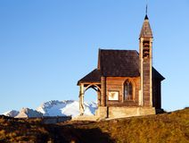 Kyrka eller kapell på sänkan di Lana och monteringen Marmolada Arkivfoton