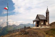 Kyrka eller kapell på sänkan di Lana och monteringen Marmolada Arkivbilder