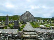 Kyrka för århundrade för ` s för St Dympna 18th, med allvarliga stenar arkivbild