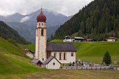 Kyrka för bergby i Tirol, Österrike arkivfoto