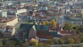 Kyrka för blå himmel för surr flyg- 4k Brno Bruenn historisk stock video