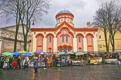 Kyrka för gatamarknad nära av helgonet Paraskeva i den gamla staden av Royaltyfri Bild
