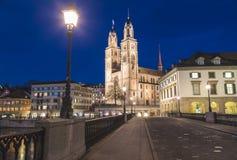 Kyrka för Grossmà ¼nster från över cken för ¼ för MÃ-¼nsterbrà i Zurich a Fotografering för Bildbyråer