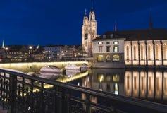 Kyrka för Grossmà ¼nster i Zurich på natten Royaltyfri Fotografi
