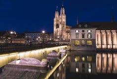 Kyrka för Grossmà ¼nster i Zurich på natten Arkivbild