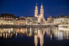Kyrka för Grossmà ¼nster i Zurich på natten Arkivbilder