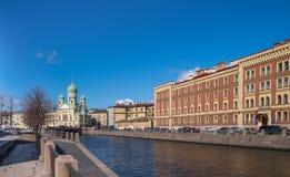 Kyrka för helgonIsidor ` s på den Griboyedov kanalen i St Petersburg Arkivbild