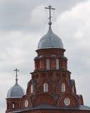 Kyrka för kyrka för helig Treenighet röd på molnig himmel Vladimir stad, Ryssland Royaltyfria Bilder