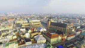 Kyrka för Mary ` s på den huvudsakliga fyrkanten i historisk mitt av Krakow, Polen lager videofilmer