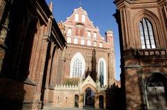 Kyrka för St Anne ` s och kyrka av Bernardine Monastery i Vilnius Arkivbilder