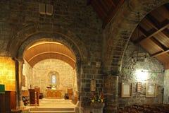 Kyrka för St. Fillans - en sikt av den forntida kyrkan och kyrkogården på Aberdour Arkivbild