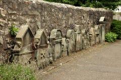 Kyrka för St. Fillans - en sikt av den forntida kyrkogården på Aberdour Royaltyfri Foto