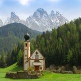 Kyrka för St Johann, Santa Maddalena, Val Di Funes, Dolomites, Ital royaltyfria bilder