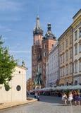 Kyrka för St Mary ` s på huvudsaklig marknadsfyrkant i den gamla staden, Krakow, P Royaltyfria Bilder