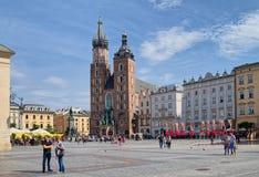 Kyrka för St Mary ` s på huvudsaklig marknadsfyrkant i den gamla staden, Krakow, P Royaltyfri Bild