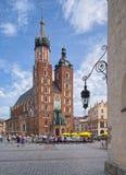 Kyrka för St Mary ` s på huvudsaklig marknadsfyrkant i den gamla staden, Krakow, P Arkivfoto