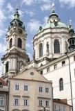 Kyrka för St Nicholas (St. Mikulas) i Prague Arkivbilder