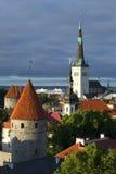 Kyrka för St Olafs, defensivt torn under en molnig himmel gammala tallinn Royaltyfri Bild