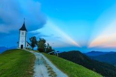 Kyrka för St Primoz nära Jamnik Royaltyfria Bilder