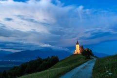 Kyrka för St Primoz nära Jamnik Royaltyfri Bild