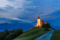 Kyrka för St Primoz nära Jamnik Royaltyfri Foto