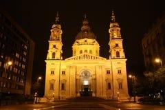 Kyrka för St. Stephen i Budapest på natten Arkivbilder
