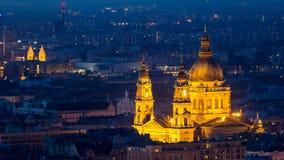 Kyrka för St Stephen ` s i Budapest på natten Arkivbild