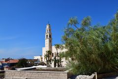 Kyrka f?r St Peter ` s Klockatornet med klockan av kyrkan Jaffa Israel arkivbild