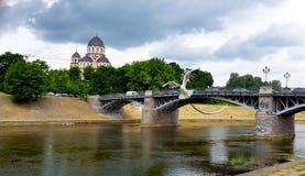 Kyrka, flod och en bro fotografering för bildbyråer