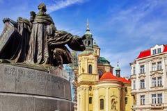 Kyrka historisk fyrkant av för St Nicholas och Jan Hus monumenton Arkivbild