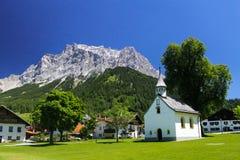 Kyrka i österrikisk by Arkivfoto