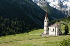 Kyrka i alpina berg Royaltyfria Bilder