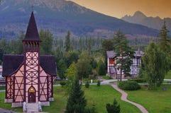 Kyrka i bergby av Stary Smokovec Arkivbilder