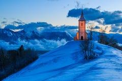 Kyrka i bergen på gryning Arkivfoto