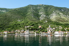 Kyrka i bergen runt om staden Prcanj i den Kotor fjärden Arkivfoton