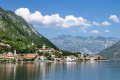 Kyrka i bergen runt om staden Prcanj i den Kotor fjärden Arkivfoto